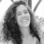 Emma blev introducerad till Bikram Yoga av en kollega år2012 och blev förälskadredan under första passet. Efter att ha jobbat i en hektiskmodevärld i många år med PR förstod hon mer och mer hur viktigt yogan blivit för hennes välmående och bestämde sig för att satsa fullt ut på det hon mår som bäst av.